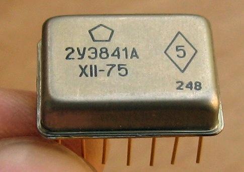 Одна из первых микросхем в